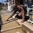 休憩所床面の一部を固まる土で補修